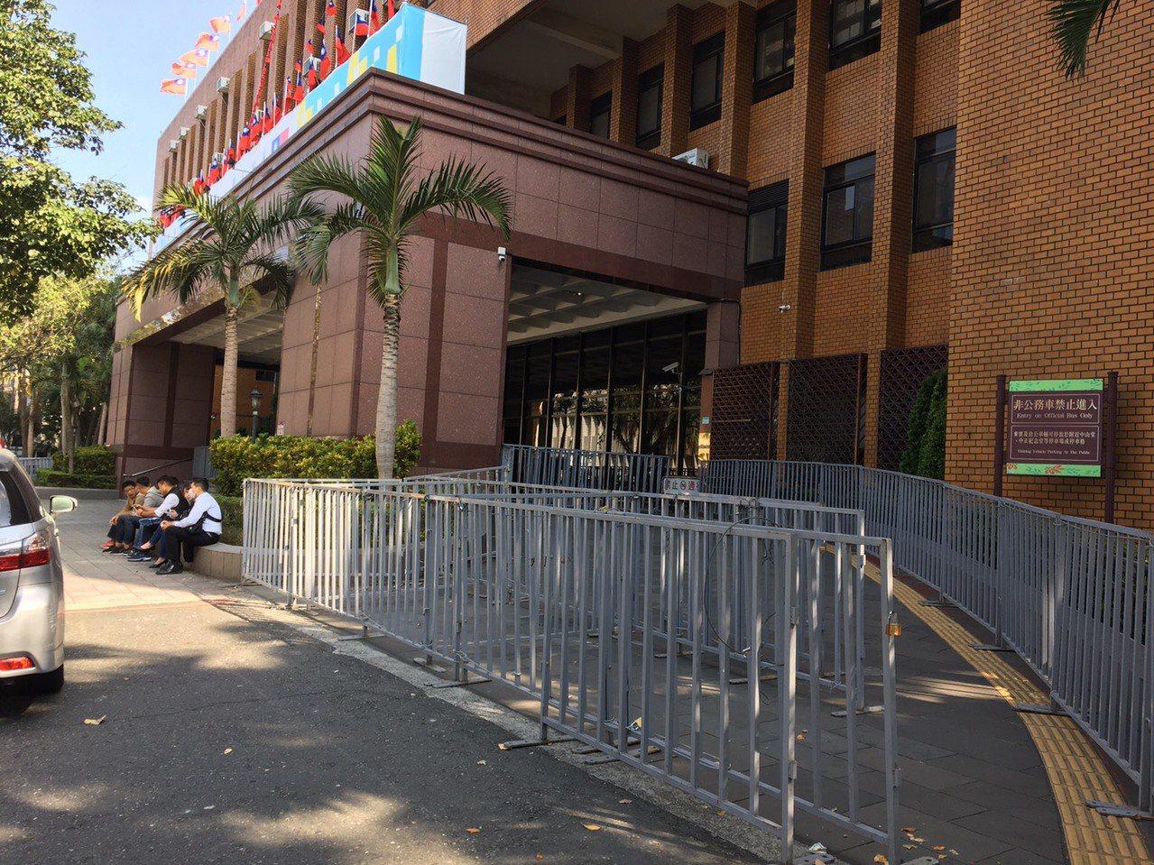 退休警察将集结台北地方法院抗议太阳花国赔案,法院昨晚已围起铁栏杆做准备。记者林孟...