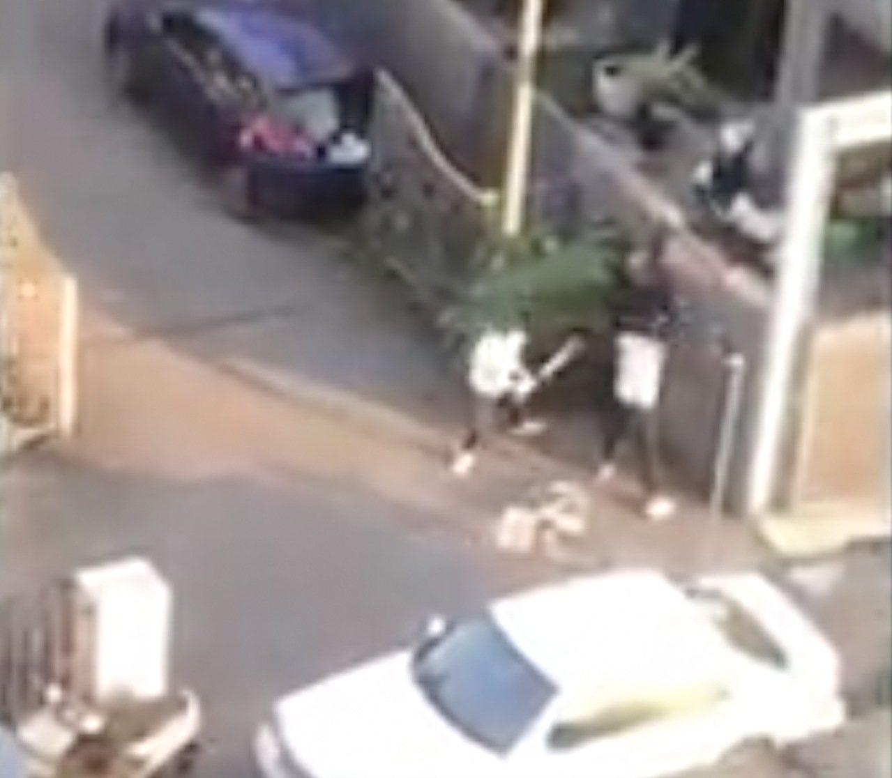 台中市北屯区松顺一街10日下午4时许发生一起歹徒持球棒打人的案件,影片遭上传脸书...