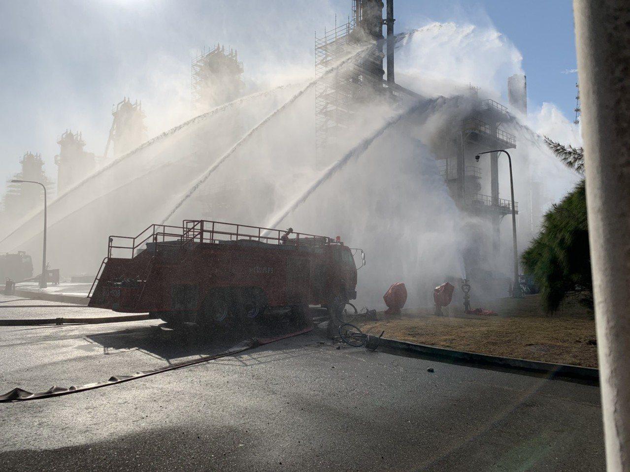 六轻炼油一厂下午突冒烟,消防队出动强力水柱抢救,很快将冒烟控制下来,有惊无险。图...