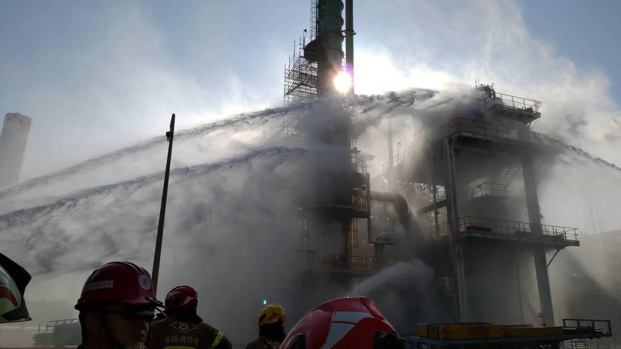 云林县消防局今天下午14时10分接获六轻消防队报案,指六轻东门附近塑化炼油厂管路...