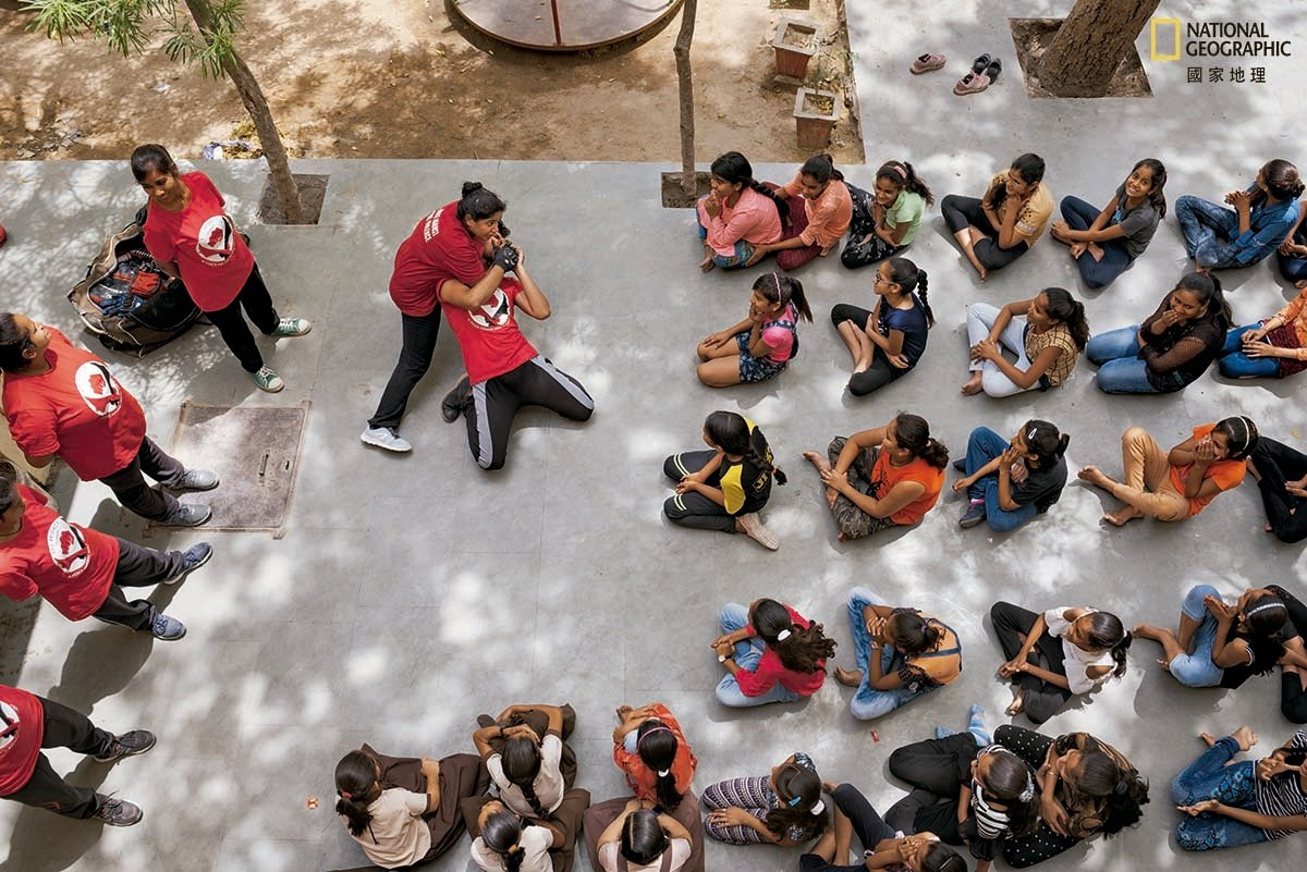 伍莎.韦须卡马在拉加斯坦邦的蓝加乡村为学生示范防身术。韦须卡马曾经遭受攻击,但她...
