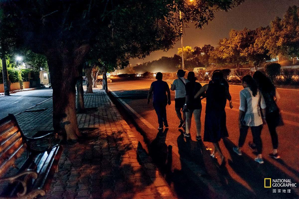 妇女参与德里每月一次的女性夜游活动。这个活动始于2013年,当时一名女子在城里游...