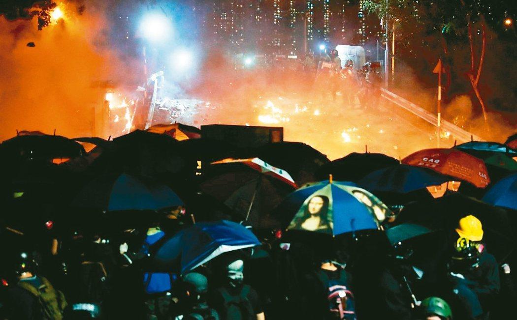 香港中文大学12日晚间爆发抗争者与警方的严重冲突,而抗争早已从政治蔓延到经济领域。 路透资料照