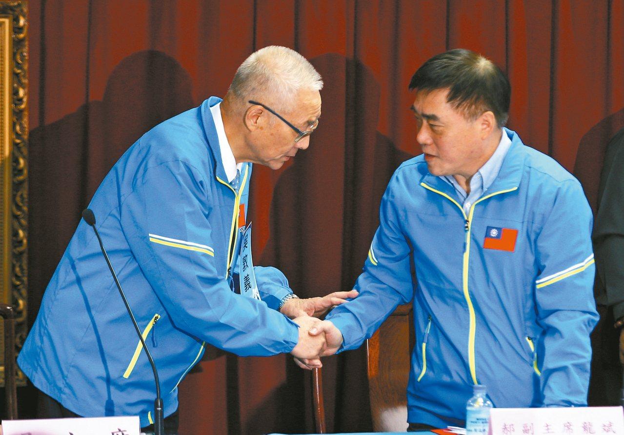 国民党主席吴敦义(左)上午出席中央委员会议,并走向曾呼吁吴敦义退出不分区的副主席...
