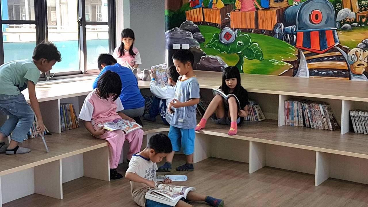 九如驿书房的设计主题搭配学校的校订课程柴山生态,还有艺术家的插画设计,让小朋友快...