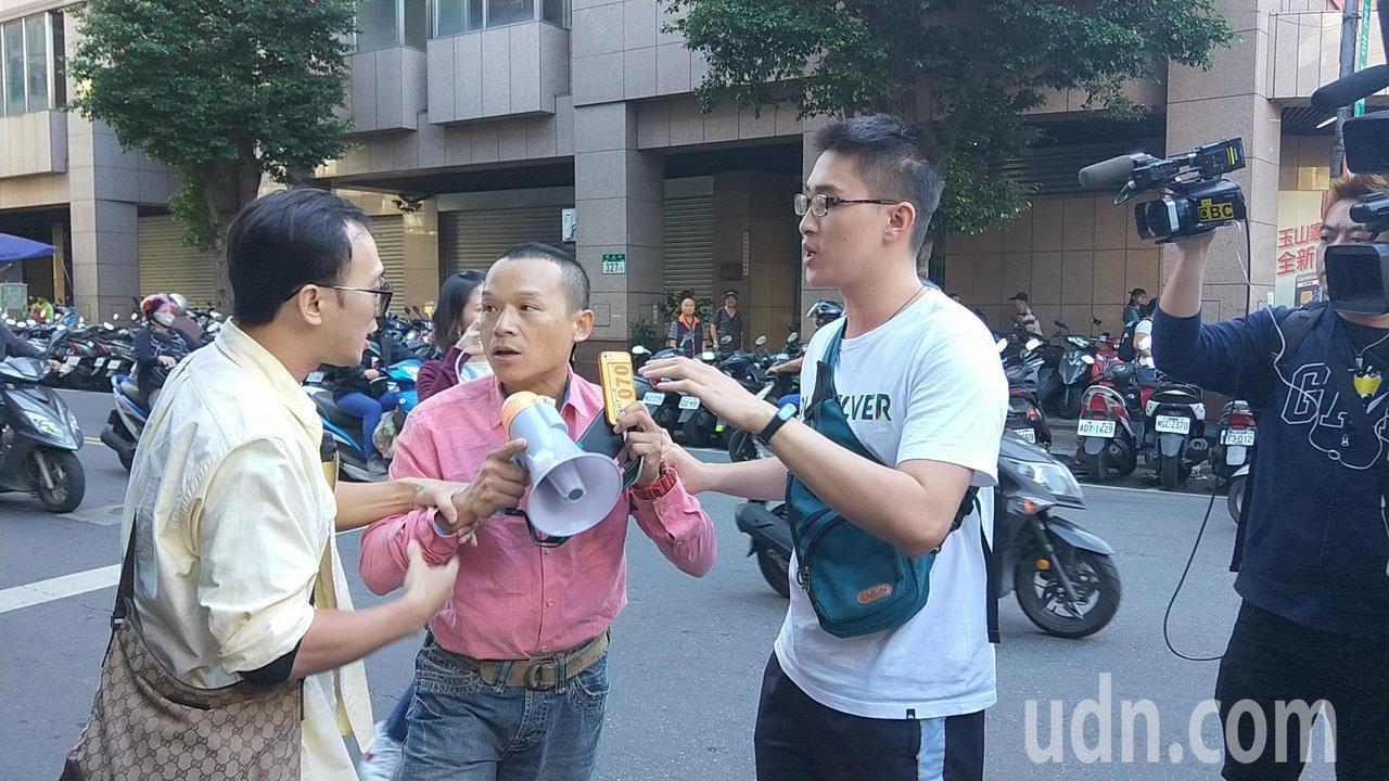 一名男子(中)试图靠近郭台铭,被便衣警察拉开。记者施鸿基/摄影