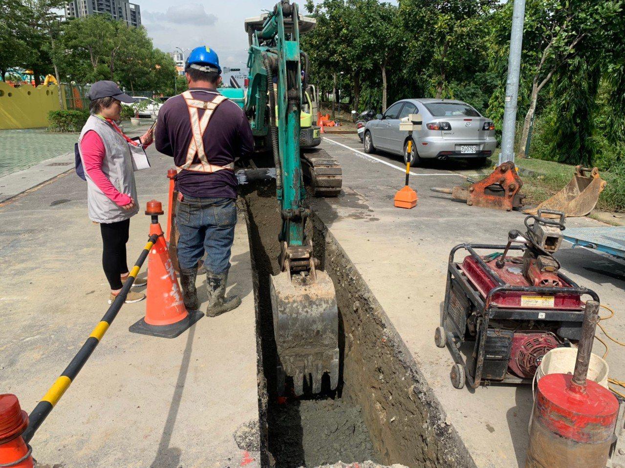 高雄市道路管线挖埋申请案件每年达上万件,高雄是台湾的工业重镇又多了工业管线。施工...