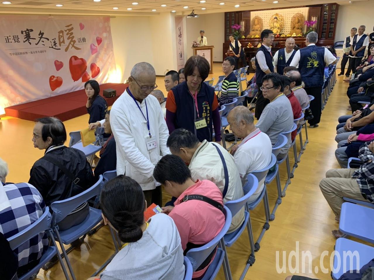 今年正觉在台中市共送出善款105万元,嘉惠台中地区50里、500位里民和300位...