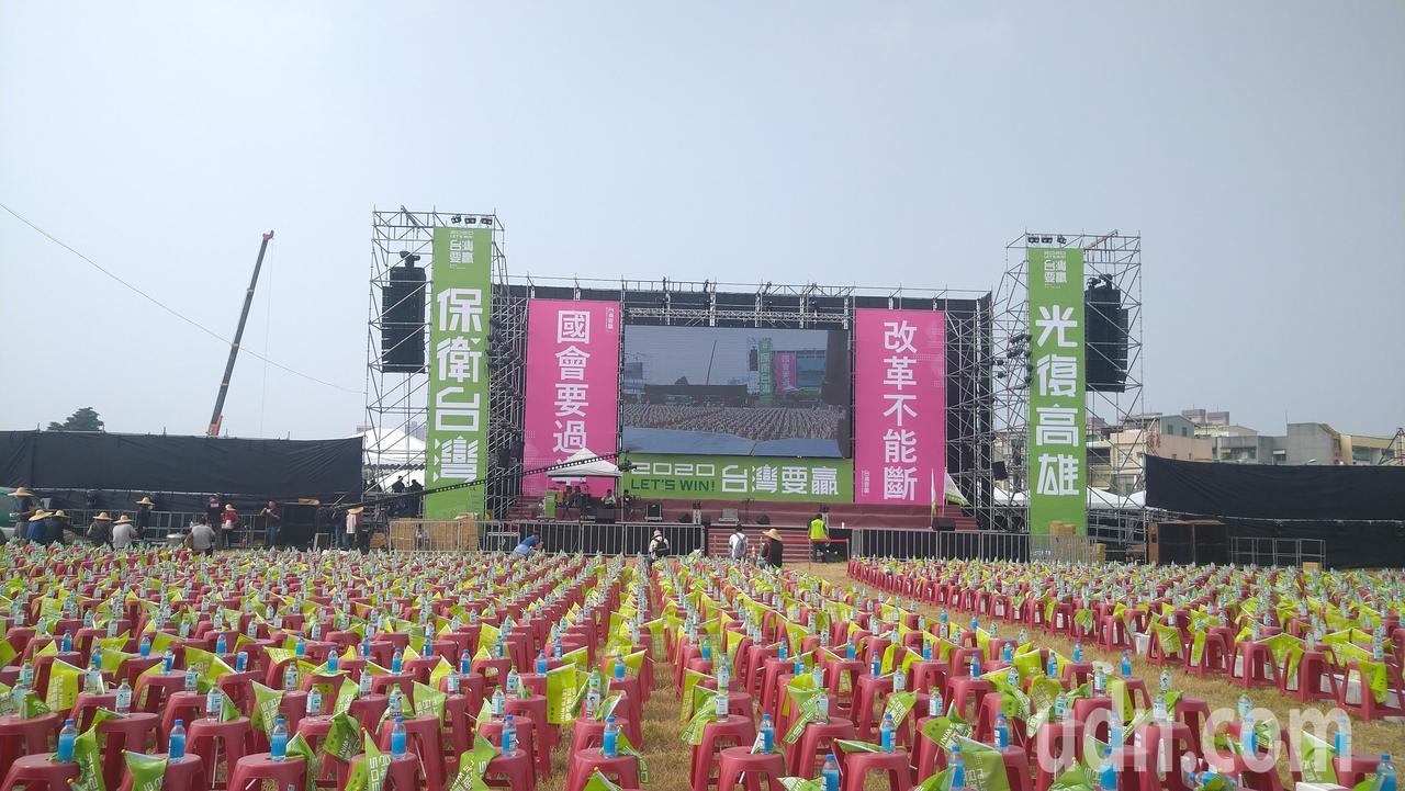 民进党总统参选人蔡英文高雄市竞选总部今天下午成立,上午已摆了5万张塑料椅,展现气...