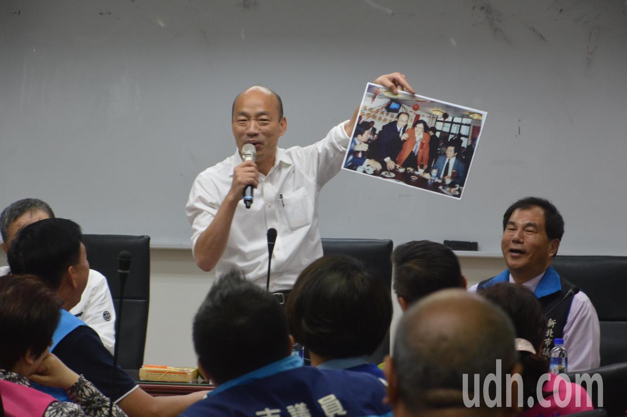 国民党总统参选人韩国瑜拿起昔日相片,笑著说「这证明我以前有路方,不是天生秃头」。...