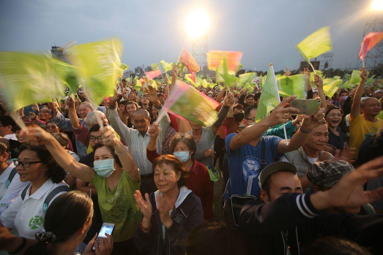 总统蔡英文高雄竞选总部选今天成立,主办单位在傍晚5点半宣布现场人数到达10万人。...