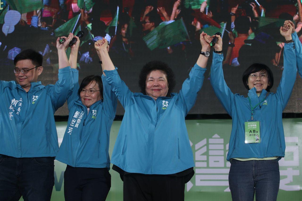 总统府秘书长陈菊(右二)说蔡英文总统民调稳定,但最重要的是选票,明年1月11日要...