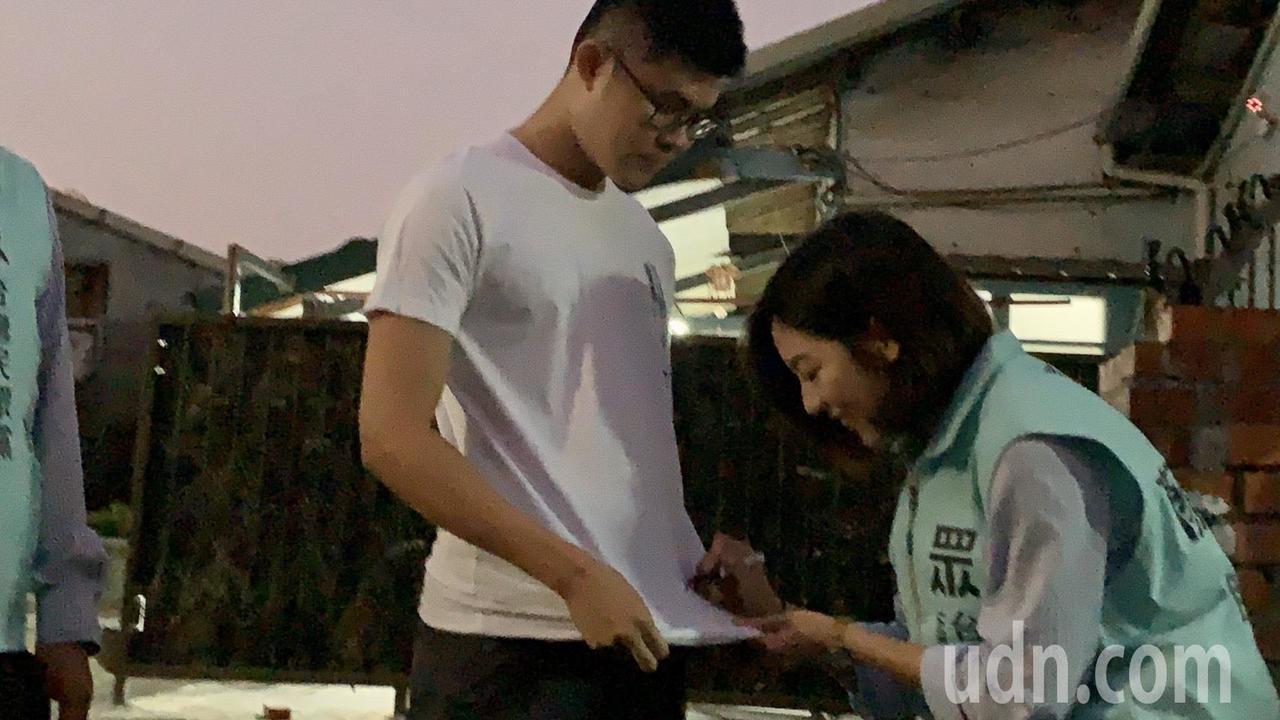 台北市副发言人「学姐」黄瀞莹今天现身台南盐水市区,粉丝要求在衣服上签名。记者吴淑...