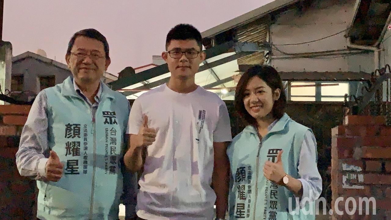 台北市副发言人「学姐」黄瀞莹今天现身台南盐水市区,不少粉丝合影。记者吴淑玲/摄影