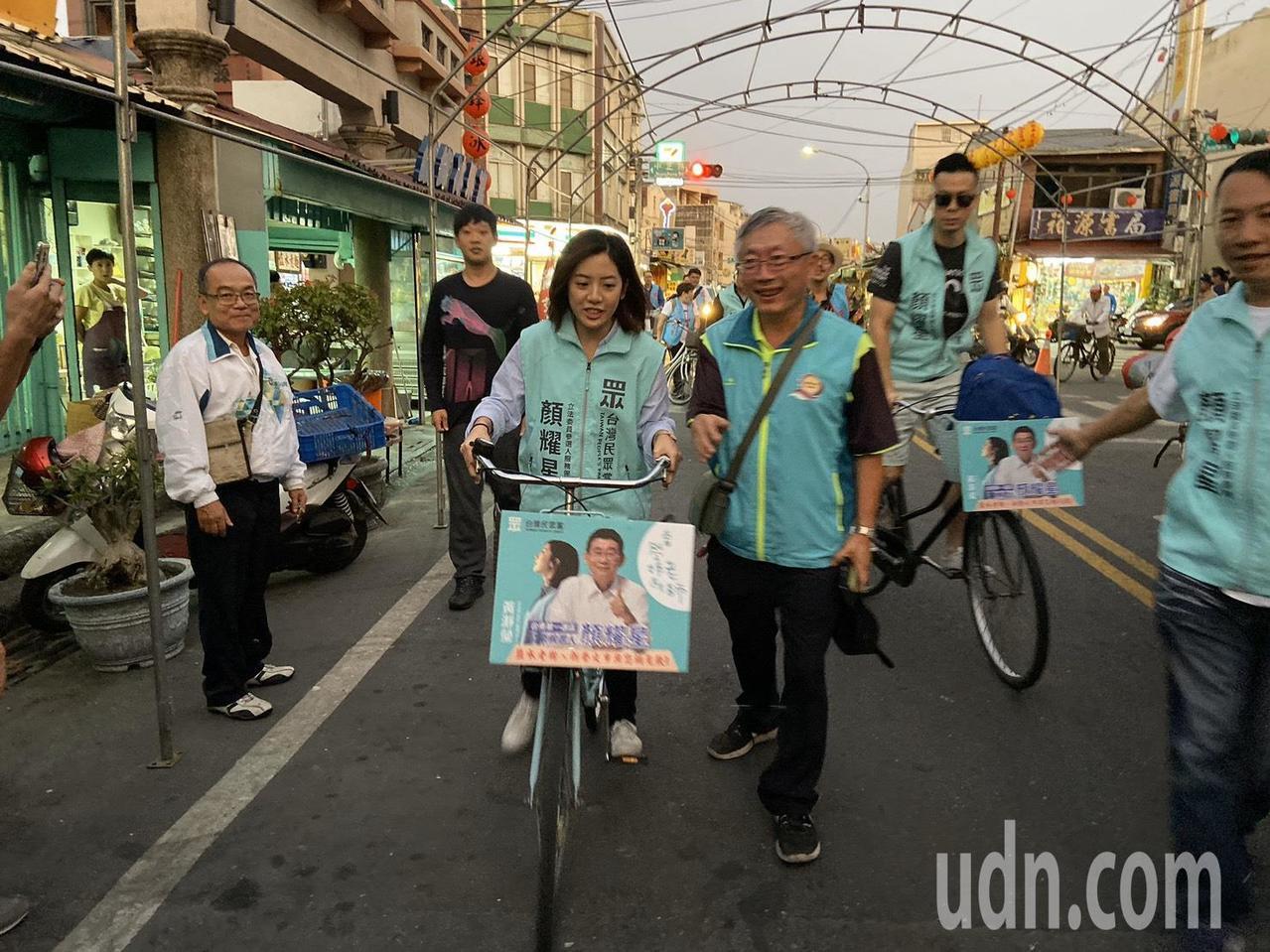 台北市副发言人「学姐」黄瀞莹今天现身台南盐水市区骑自行车。图/读者提供