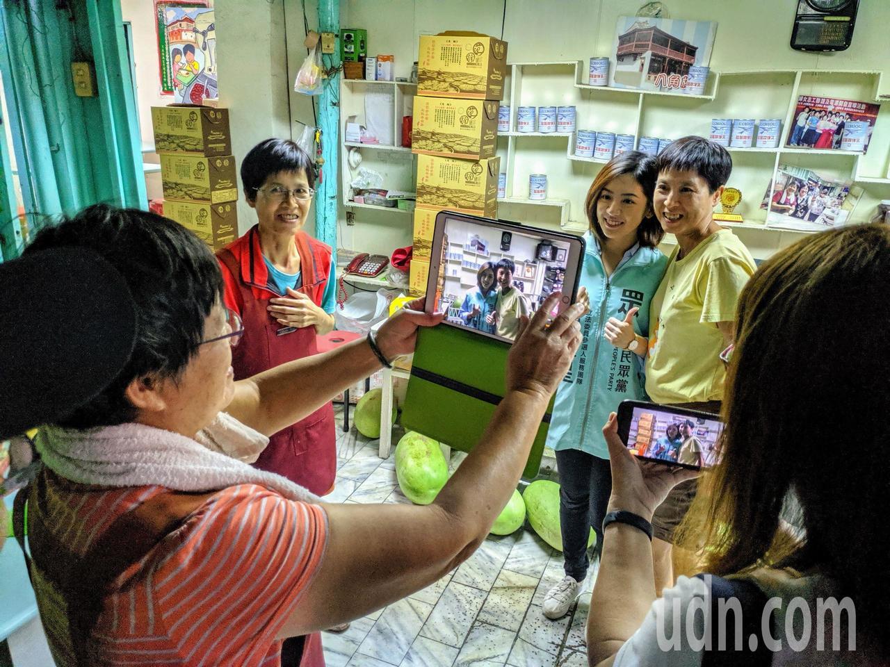 台北市副发言人「学姐」黄瀞莹今天现身台南盐水市区,粉丝争相合影。图/读者提供