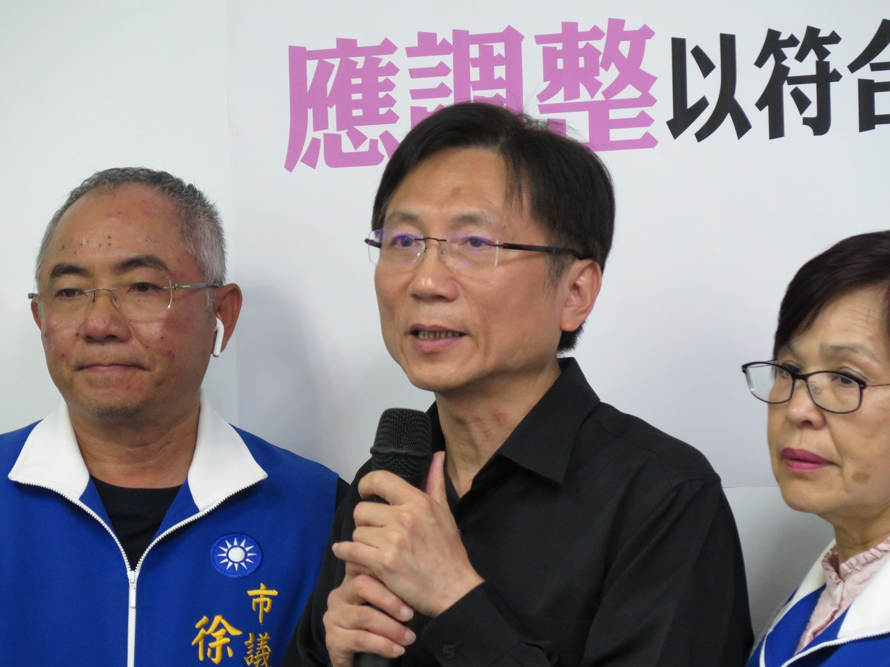 市议员詹江村(中)说不满不分区名单人选,今天表示将参选第一选区立委。图/本报资料...