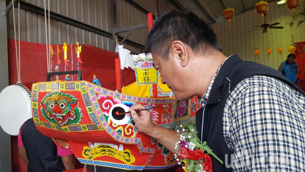 通霄镇长陈汉志为「恭送中军爷」仪式用的王船点睛。记者胡蓬生/摄影