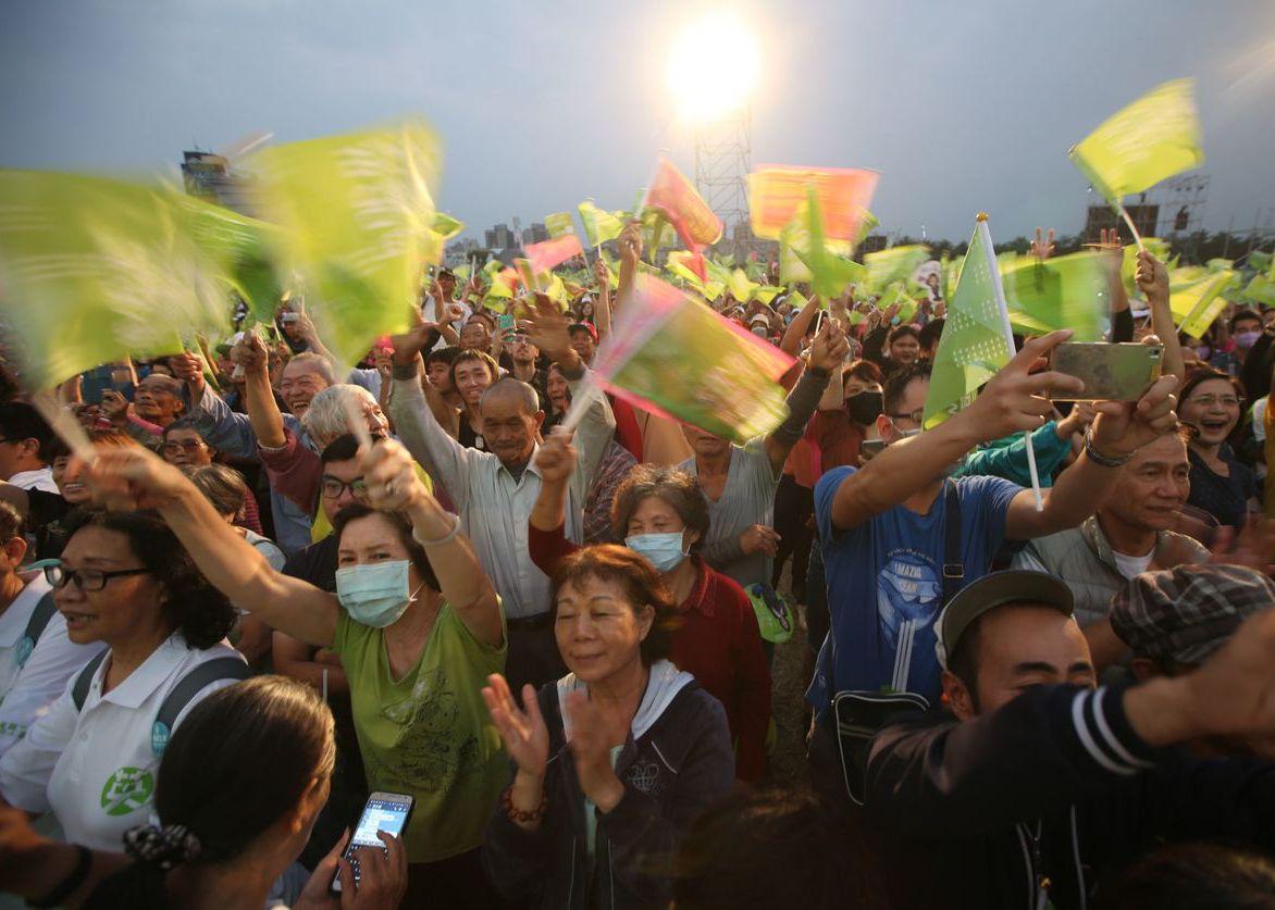 蔡英文高雄竞选总部选昨成立,现场涌进大批群众,但绿营基层仍担心「韩流还在」。 记...