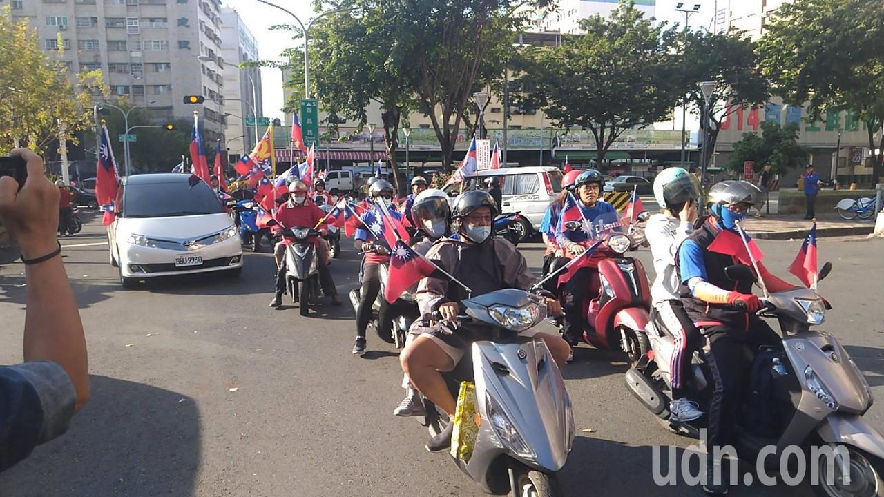 数百名国民党总统参选人韩国瑜的支持者,自发性组成造势车队,今首次集结绕行高雄市区...