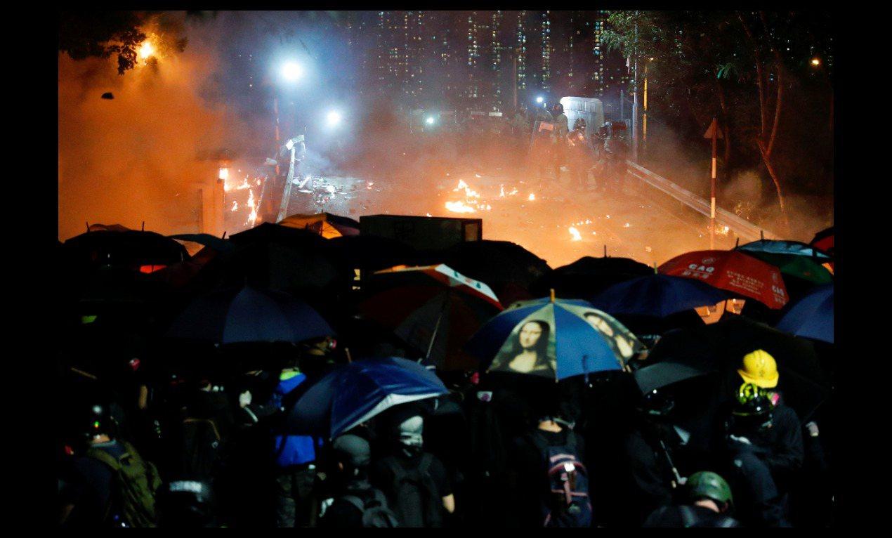 香港中文大学12日晚间爆发警民严重冲突。图/取自路透社