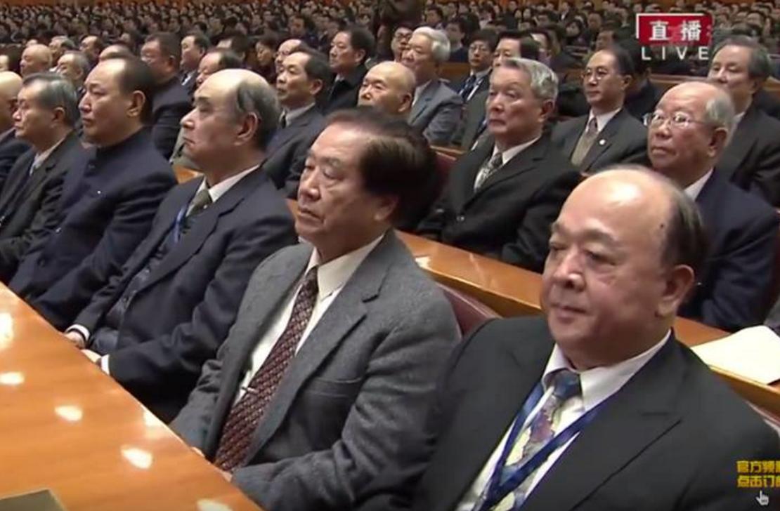 吴斯怀(右下)等人出现在大陆纪念孙中山诞辰大会中「听训」,引发不少抨击。图/撷自...