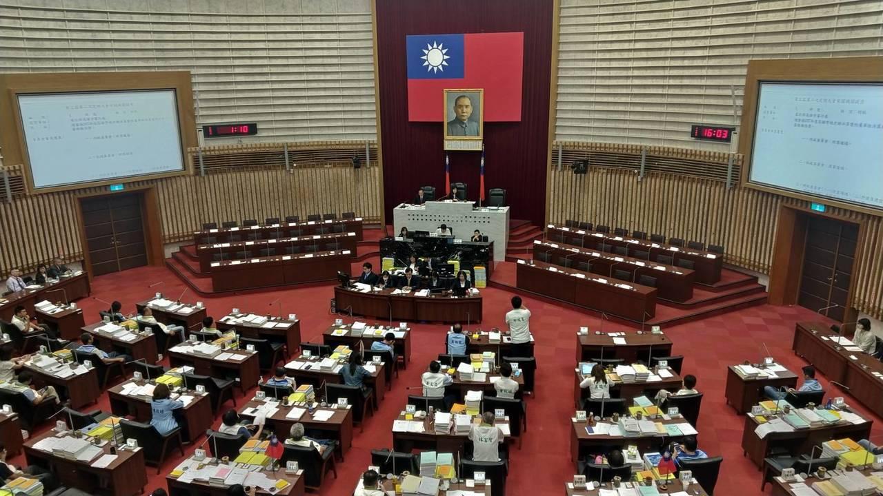 高市议会今审议市府总预算,蓝绿审议到晚上9点多才结束,期间数度透过表决方式,最终...