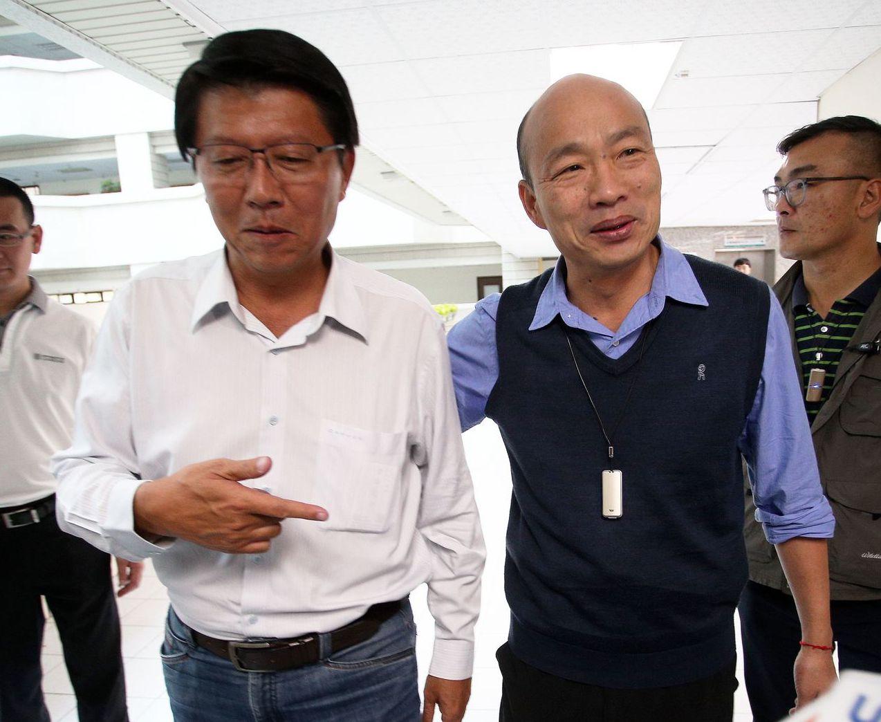 谢龙介(左)表态,若当选国民党主席,会把总统兼任党主席的党章修回来。 图/联合报...