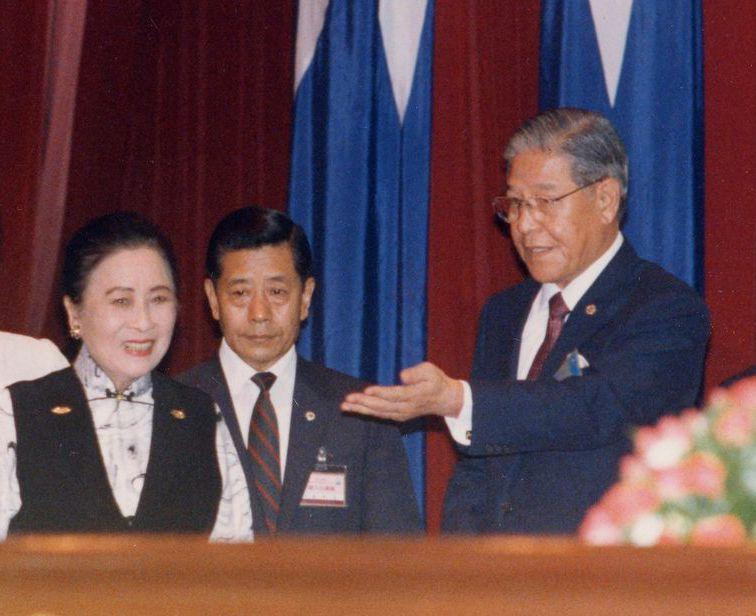 1988年7月,李登辉(右)被推举为国民党主席后,以党主席身分迎接蒋夫人﹙左﹚。...