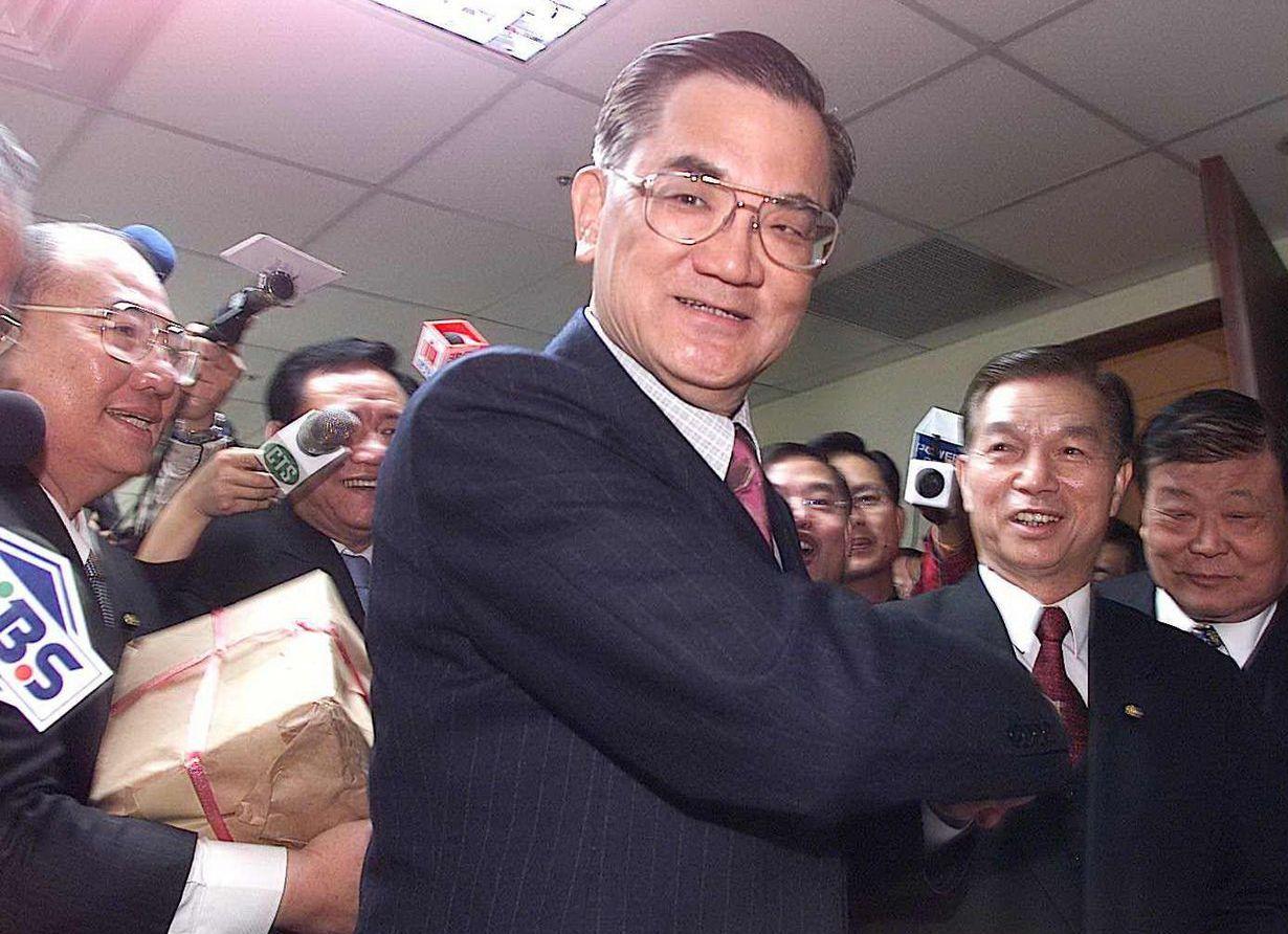 2001年,连战在多位立委簇拥下,到组发会领表参选国民党主席。 图/联合报系资料...