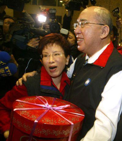 吴伯雄当选国民党主席后,带著蛋糕到中央党部为洪秀柱庆生。 图/联合报系资料照片