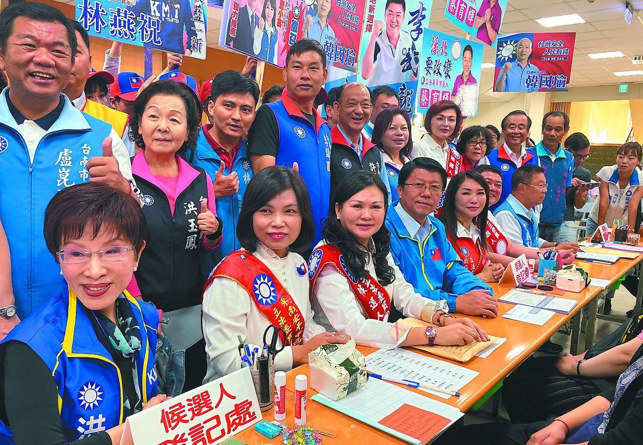 谢龙介(左四)能在国民党主席之战中异军突起吗? 图/联合报系资料照片