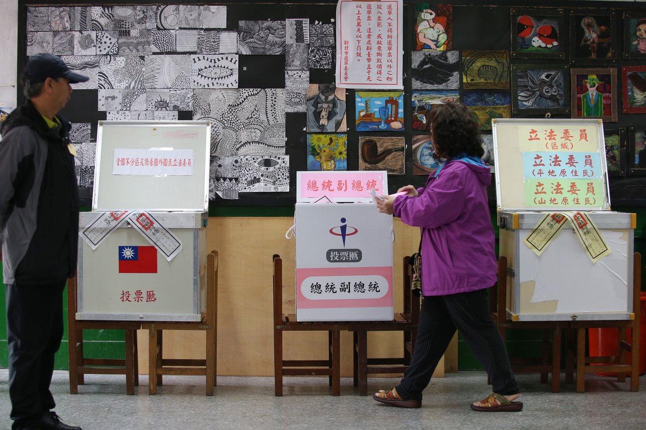 2020总统大选,蓝绿两大主要政党提名的韩国瑜、蔡英文,都被传统该阵营支持者认为...