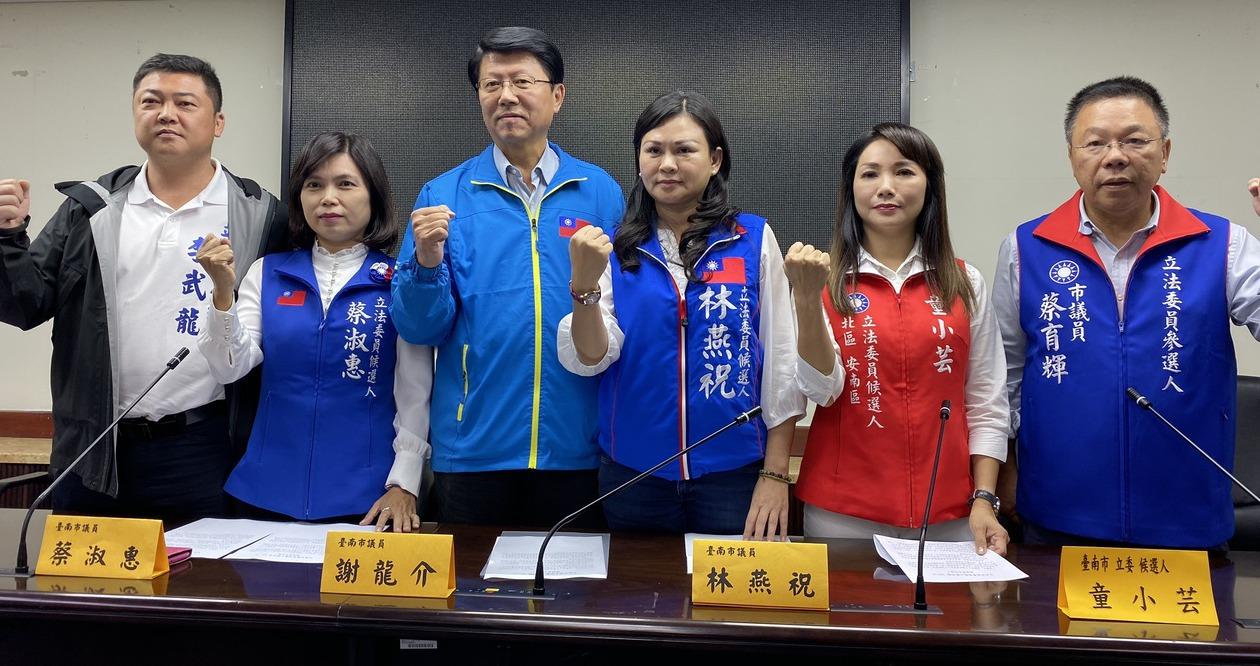 国民党台南党部主委谢龙介(左三)昨天与台南市立委参选人召开记者会,宣布留在不分区...