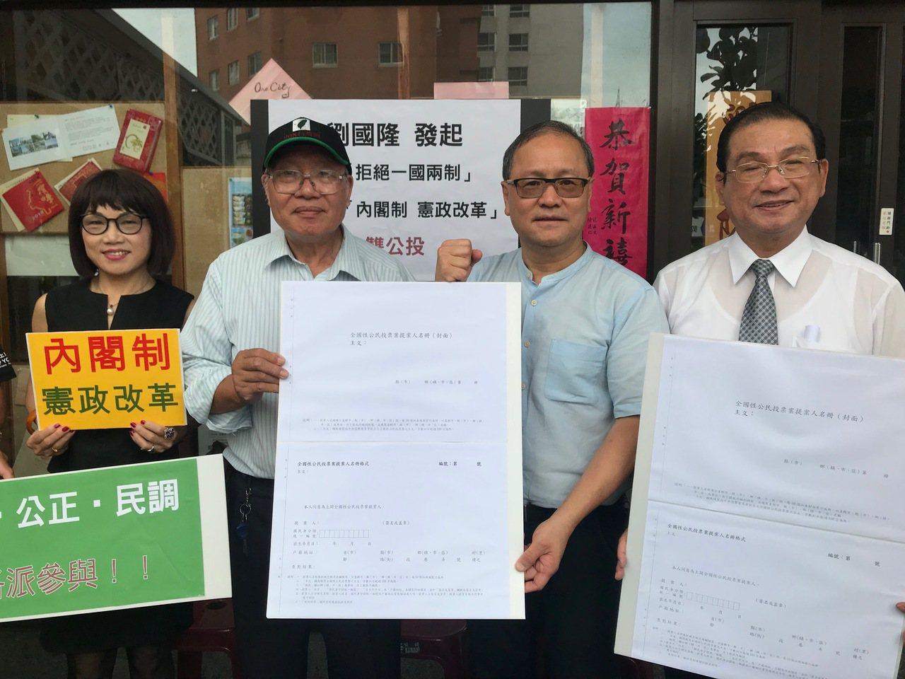 建筑师刘国隆(右二)多次参选议员、立委,曾当选台中市议员,也当过不分区立委。刘国...