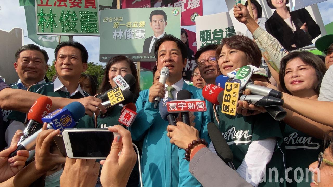 赖清德今天陪同台南市6名立委参选人到选委会登记。记者郑维真/摄影