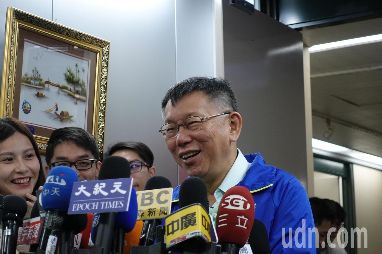 台湾民众党主席、台北市长柯文哲今上午受访时听到吴敦义将民众党归类在「泛蓝」,忍不...