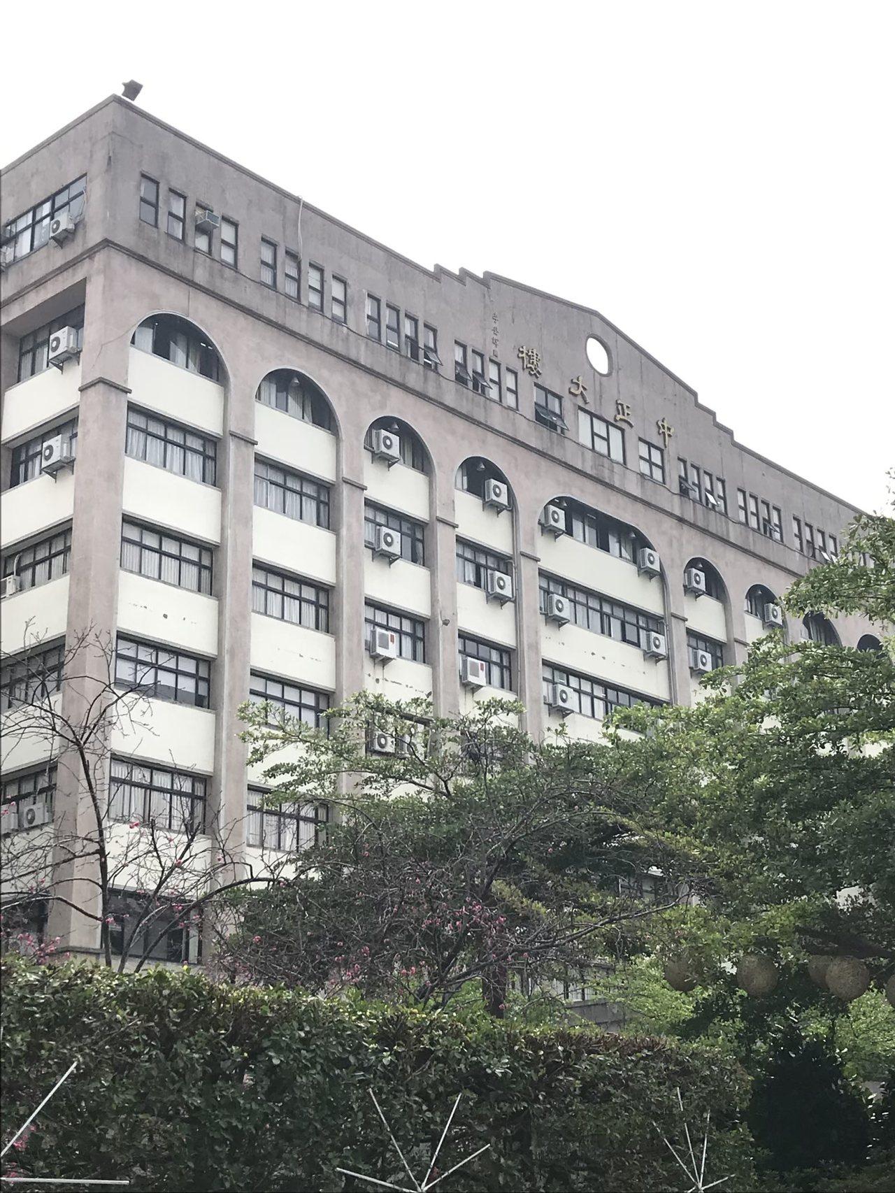 台中科科技大学今傍晚惊传坠楼案,一男子从中正大楼坠下,经送医急救仍伤重不治。记者...