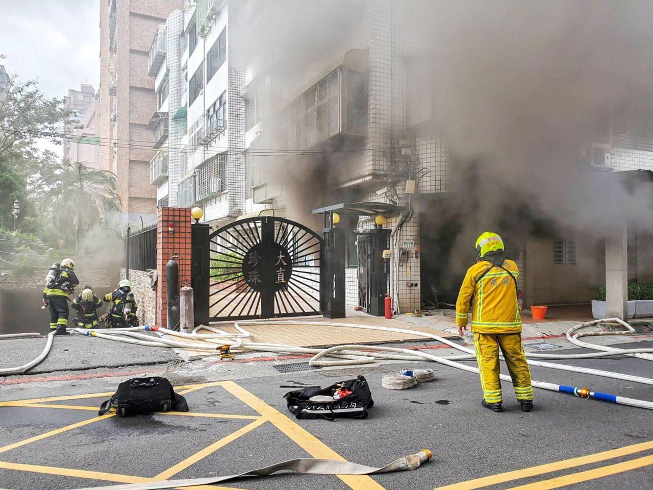 大直明水路巷内一栋公寓社区今天早上火警。记者蔡翼谦/翻摄