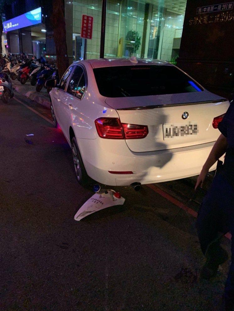 台中市李姓男子上月1日驾驶白色BMW轿车,冲撞警用机车,并将机车辗在车底。图/读...