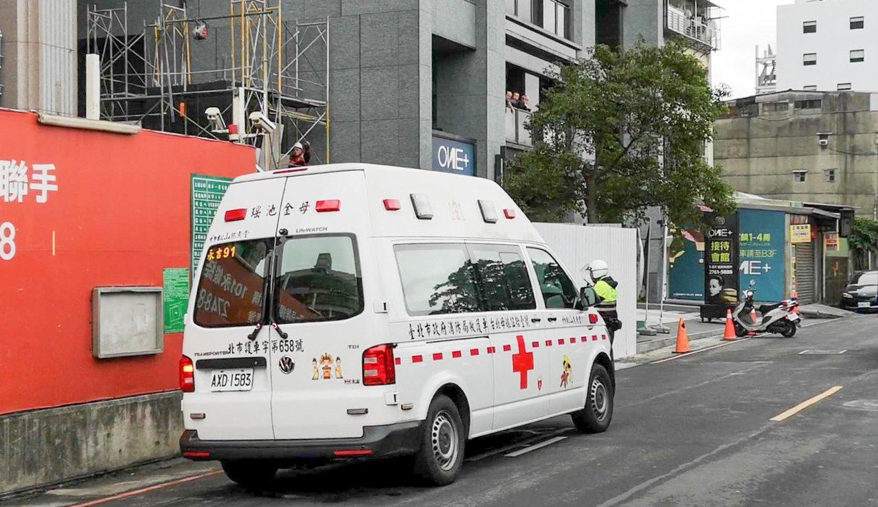 北市松仁街一处工地,今天下午发生3名工人遭灼伤意外。记者蔡翼谦/翻摄