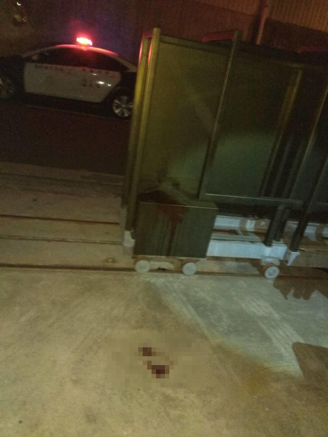 苗栗县竹南镇公馆里一间铁工厂傍晚发现一名男子遭电动拉门夹伤,救护人员到场时发现伤...