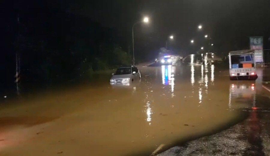 基隆市今天凌晨雨势不断,调和街往62快速道路四缐车道一度严重积水,造成车辆抛锚,...