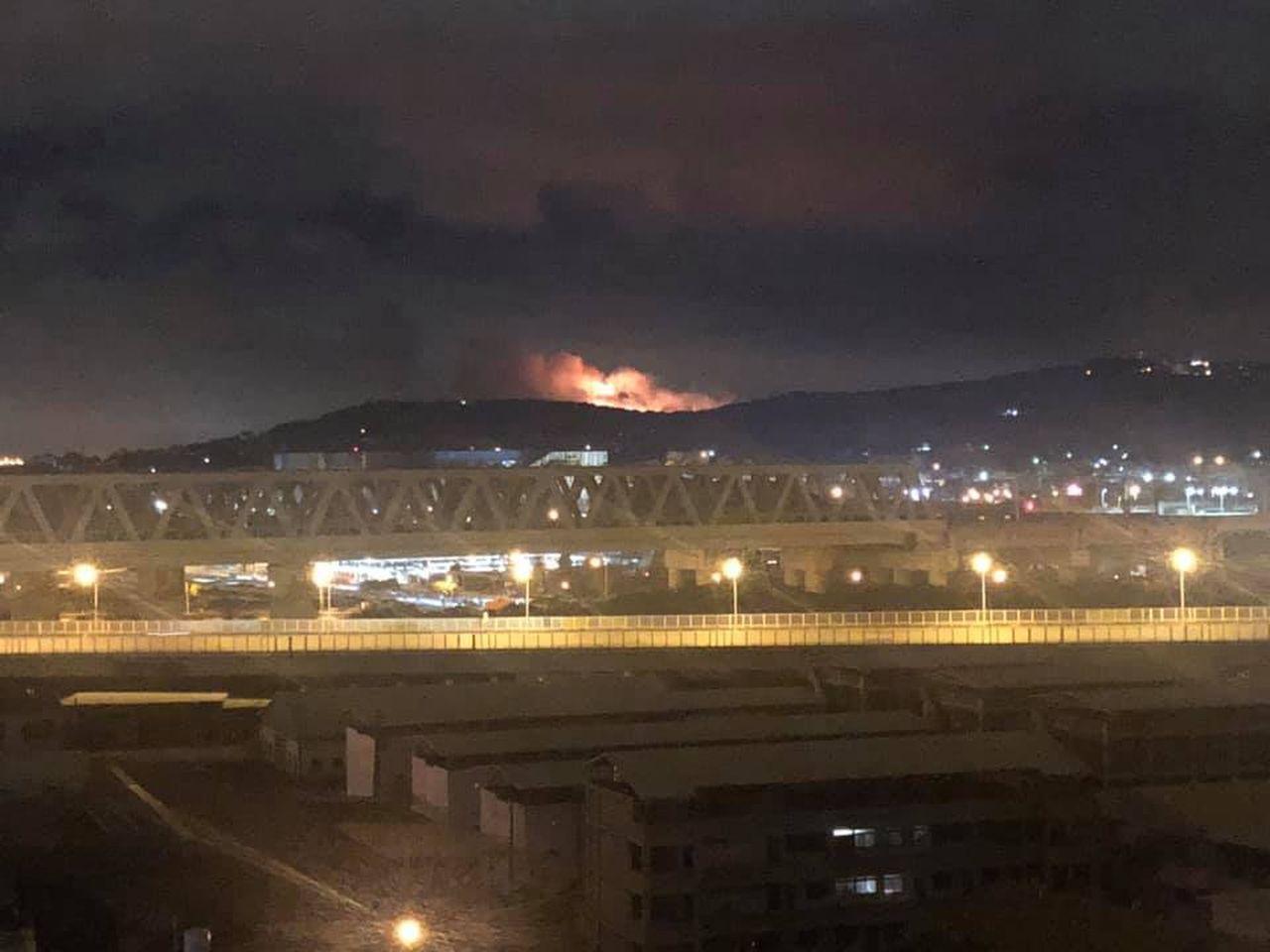 昨天深夜有网友发现,台中市大肚山大肚区王田油库对面山坡发生火警,将照片PO在脸书...