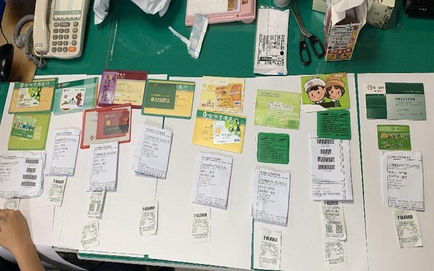 警方在诈欺车手身上查获多本被害人的人头帐户。图/警方提供
