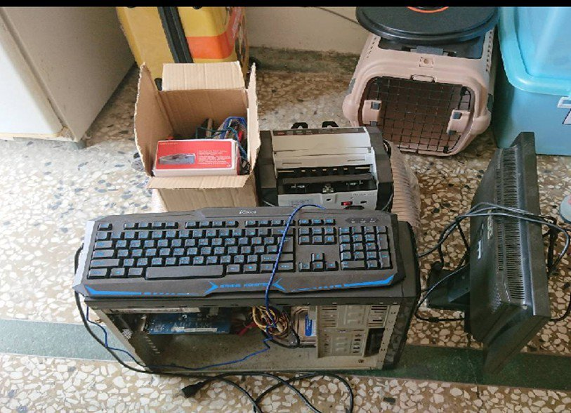 警方在许姓主嫌租屋处查扣犯案清点赃款用的点钞机与计算机主机等。图/警方提供