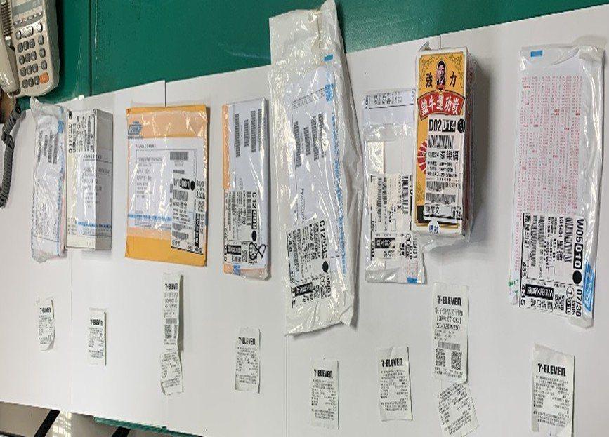 警方在诈欺车手身上查获多份承装人头帐户的包装外袋。图/警方提供