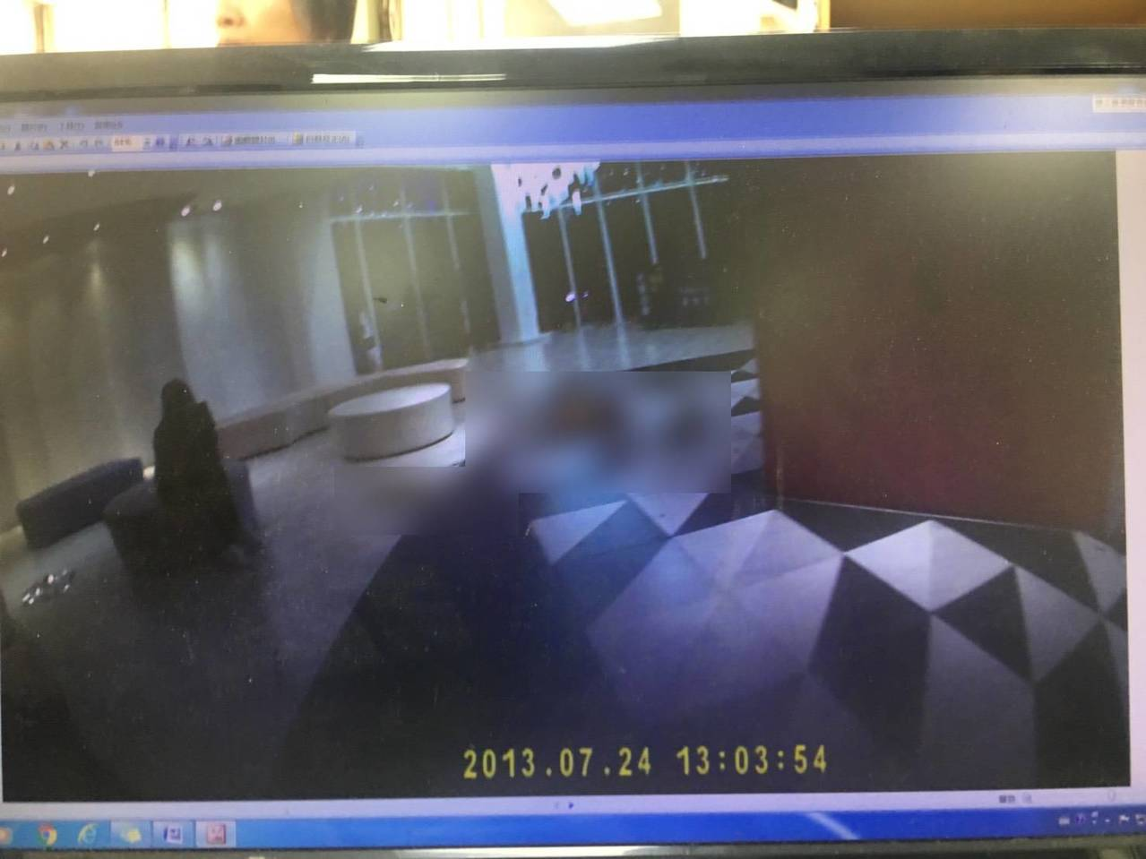 台中市一家KTV今晨发生两派人马斗殴,造成2男背部遭砍伤,地面血迹斑斑,怵目惊心...