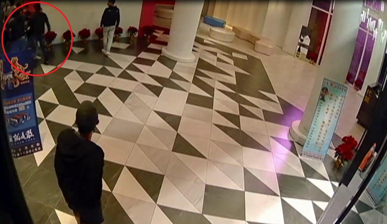 台中市一家KTV今晨发生两派人马斗殴(红色圆圈处),造成2男背部遭砍伤,地面血迹...
