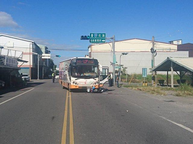 花莲县玉里镇下午发生一起客运巴士与机车碰撞,造成机车女骑士死亡的意外。图/玉里警...